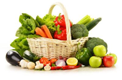 Korb mit viel frischem Gemüse